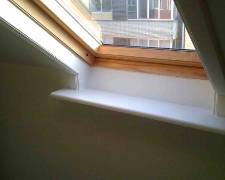 Opnieuw schilderen muren, beschadigde venstertablet en afkasting velux