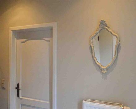Patineren van een oude vergulde spiegel