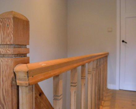 decaperen houten trap en leuning