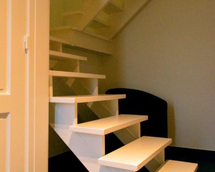 schilderen muren, deuren en trap traphal